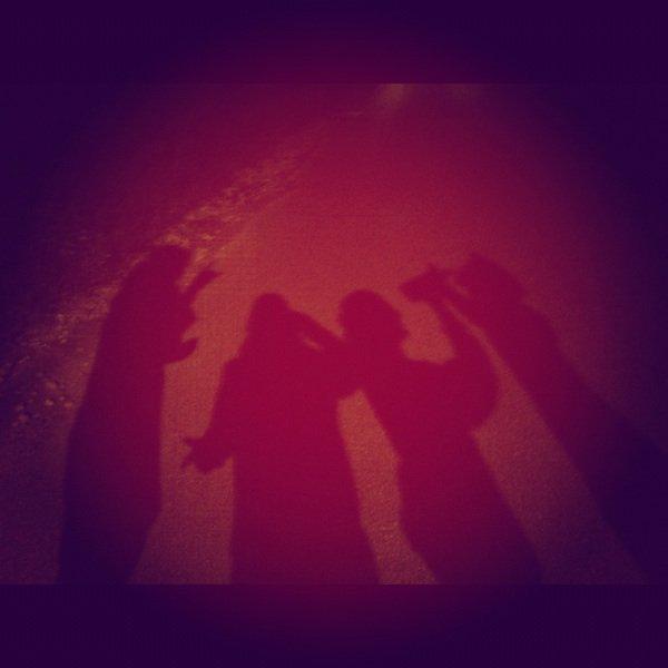 Les ami(e)s sa part sa reviens. Mais certain ne te quitte pas, ils sont comme ton ombre.