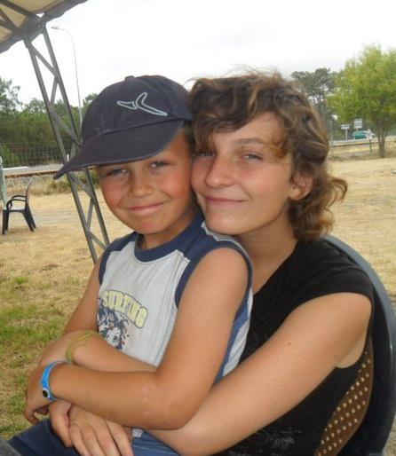 mon frer d'amour et ma soeur je vous aimerais toute ma vie car cous en etes l'etincelle a a moi aussi avec le tee shirt bleu ^^