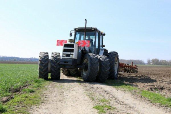 Préparation de sol pour semis de maïs avec un Renault 110 . 14