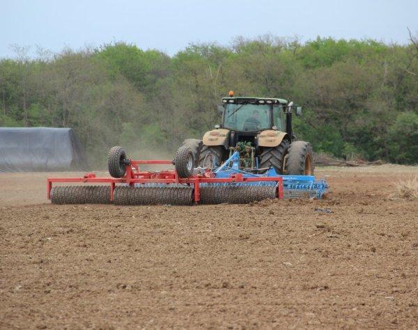 Préparation de sol pour semis de maïs avec  un JOHN DEERE 6150 R
