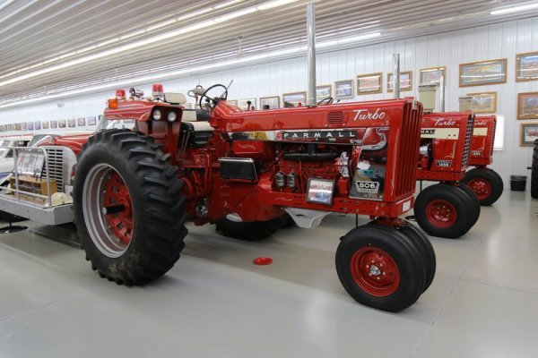 visite de la collection de tracteurs IH de Mr Jerry Farmall-Land USA