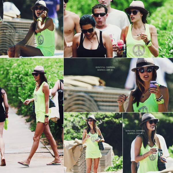 D'autres photos d'Alessandra en vacances à Hawaii.