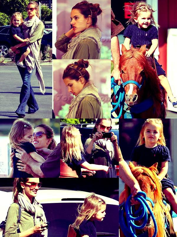 Alessandra avec Jamie emmenant Anja au centre équestre, à LA, le 23 Octobre.