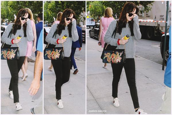 07.10.2017 - Notre belle et talentueuse Dakota Johnson se promenant dans les rues de New York City seule. Tenue simple pour notre Dakota, mais sa lui va bien. Apparemment elle se promener seule dans la vile.