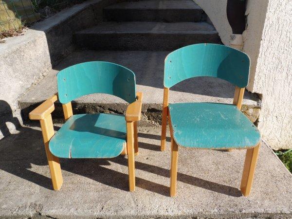 Chaises en bois.