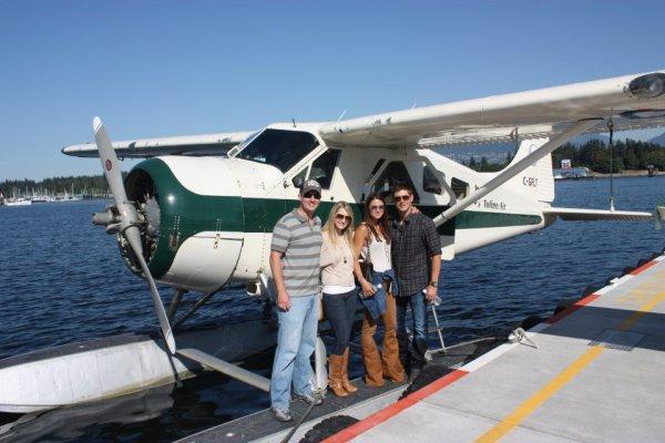 Jensen, sa soeur Mackenzie, son beau-frère & Danneel à Vancouver
