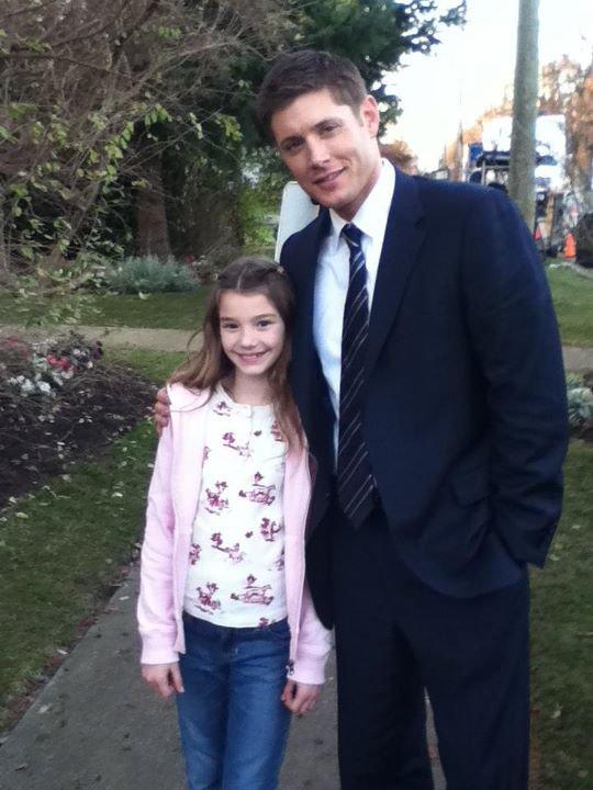 Jensen et Jared sur le tournage du 7x14 avec la jeune actrice Ali Skovbye (12 décembre 2011)