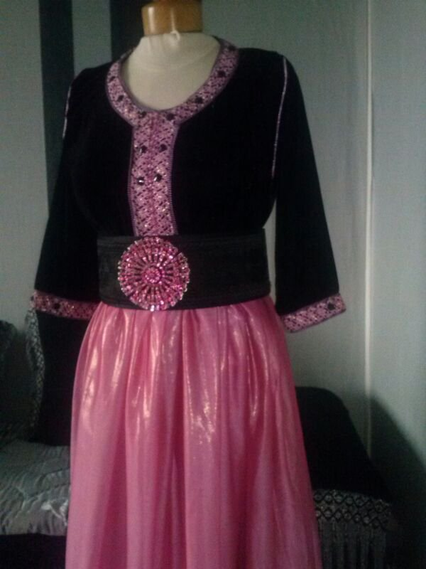 Robe noire et rose