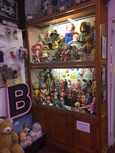 pour celles qui seraient interessées pour  presenter leuirs poupées
