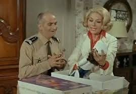 """ce soir einieme redifusion du gendarme de st tropez! c'est pas pire qu'autre chose.. Vous savez toutes que une poupée celebre a fait son apparition dans """"le gendarme se marie"""