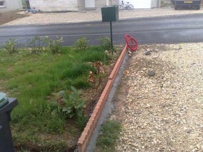 Commencement de la pose des bordures mikit 39 fabinoux 39 blog - Poser des bordures de jardin ...