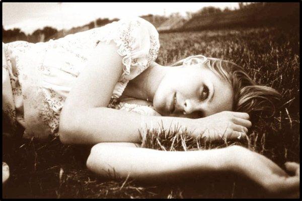 """_ """"    Je suis reveuse mais quand je me réveille, tu ne peux pas briser mon esprit …tu t'empare juste de mes reves ."""""""