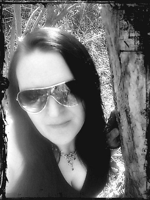 que ce cache derrière mes lunettes de soleil (un regard triste)