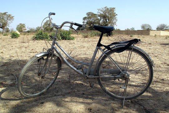 BURKINA  un vélo au milieu de nulle part