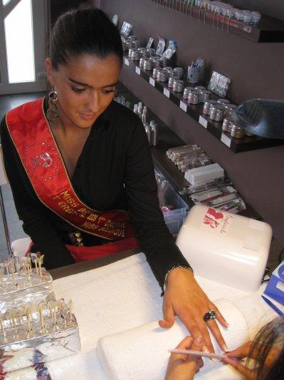 CASSANDRA ,LA PREMIERE DAUPHINE DE MISS BELGIQUE A CHOISI PERFECTIONNAILS POUR SES ONGLES