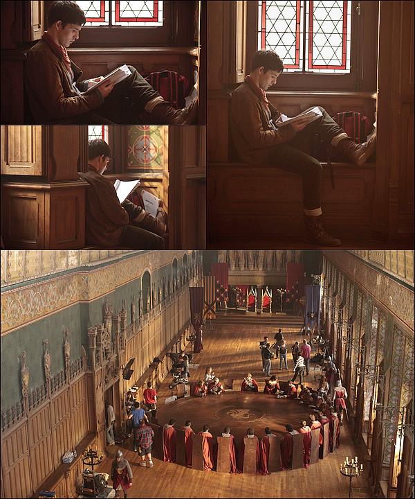 . De nouvelles photos «behind the scenes» de la saison 5 de Merlin viennent d'apparaître.   De sublimes images encore une fois. /!\ certaines peuvent être considérées comme des spoilers ! .