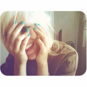 • . . .Un sourire coûte moins cher que l'électricité. . .mais il donne autant de lumière. . !