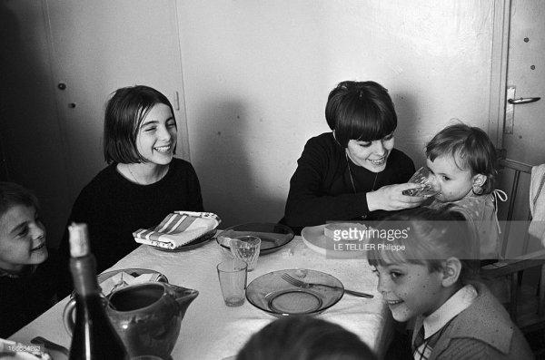 France, Avignon, 4 janvier 1966, la chanteuse Mireille MATHIEU présente sa famille avignonnaise, son quartier, ses amis. Ici chez elle lors d'un repas