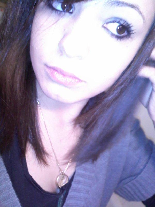 ♥ Jvoudrais être la fille que tu remarques dans les corridors. Jvoudrais être la fille qui te fait décrocher de tes pensées. Jvoudrais être la fille à qui tu jettes des regards discrets pendant les cours. Jvoudrais juste être différente à tes yeux. ♥