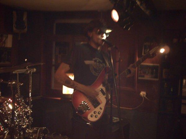 Le bassiste, du groupe !
