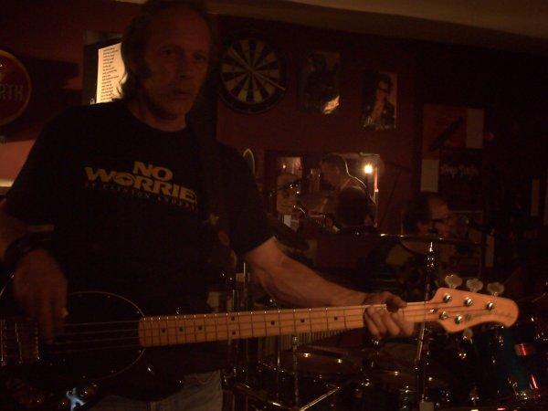 Le bassiste, et le batteur, du groupe.