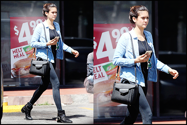 . 24/08/15 :     La belle a été aperçue avec une petite mine, quittant le magasin 7-eleven dans West Hollywood. Nina portait une tenue très très simple,avec une chemise en jean et des bottes.Même en n'étant pas coiffée ni maquillée, elle en reste très belle!  .
