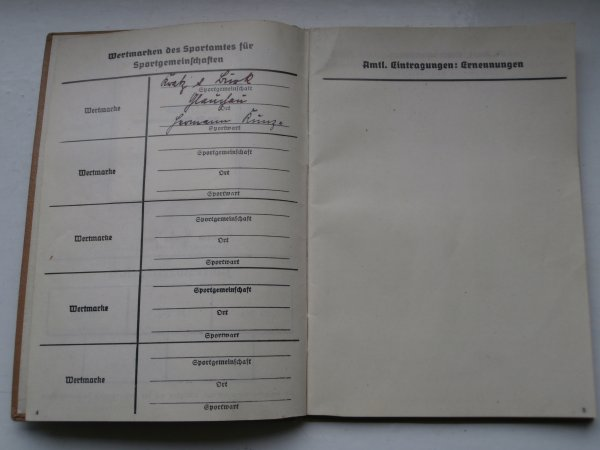 livret sorptif annuelle du front Allemand du travail ww2 et son insigne