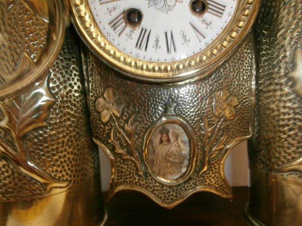horloge fait avec des douilles d'obus