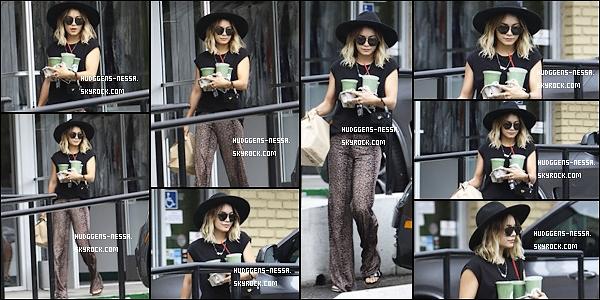 """03. 08 . 14 : Vanessa a été photographiées sortant de chez """"Breakroom Cafe"""" dans Studio City. Nessa était partie acheter des Smoothies.Coté tenue j'aime pas trop je dirait donc un bof."""