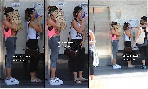 05. 08 . 14 : Vanessa a été photographiées promenant un chien avec Natalie Saidi à Studio City. Pour le coup j'aime bien sa tenue un gros TOP pour la miss ! Le chien quel promène et juste trop mignon!