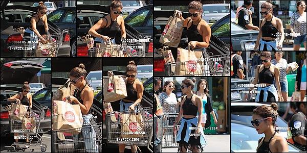 08. 08 . 14 : Vanessa Hudgens a été photographiées se promenant dans les rues de West Hollywood. Je la trouve en très bonne forme toute souriante en plus ! Mais j'aime pas trop sa tenue...