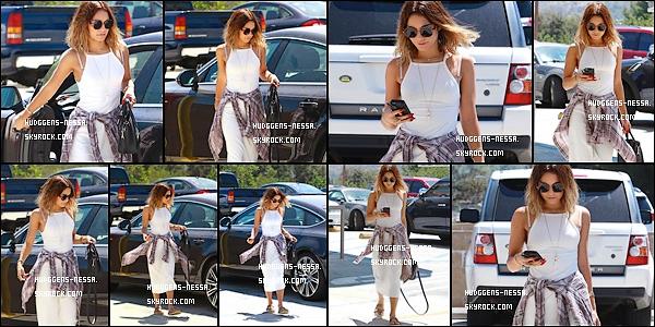 13. 08 . 14 : Vanessa Hudgens a été photographiées de sortie dans les rues de - Studio City. Une nessa scotché à sont téléphone ! Je suis pas vraiment fans de sa tenue blanche pour le coup...FLOP !