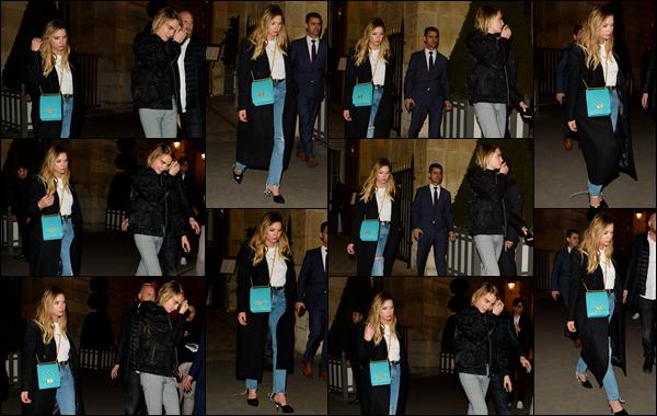 - ''•-05/03/19-' Ashley Benson a été repérée alors qu'elle quittait le « Crillion hotel » situé dans la ville de Paris ! C'est encore une fois en compagnie de sa petite-amie Cara Delevingne qu'elle a été aperçue dans les rues de la ville de Paris ! C'est un top pour sa tenue. -