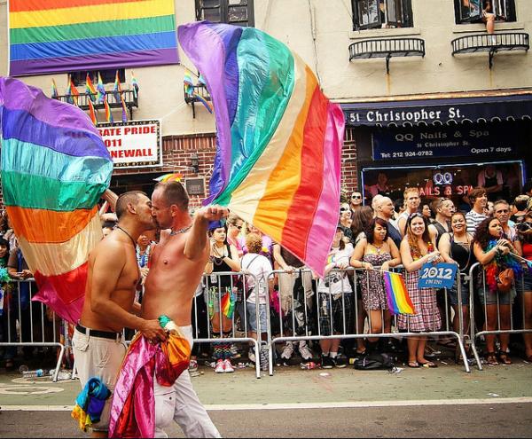 gay bi a vie ! les filles dehors, les gas entrer :)
