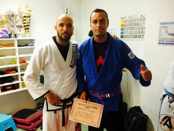 Bob reçois sa ceinture violette des mains d'Igor Araujo...