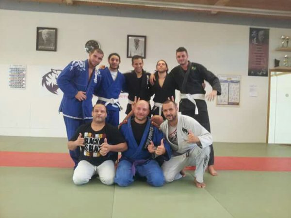 Samedi training... On est censés faire grappling mais on a tellement d'addicts du kimono...