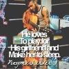 il aime à jouer pour sa petite amie et lui faire dormir
