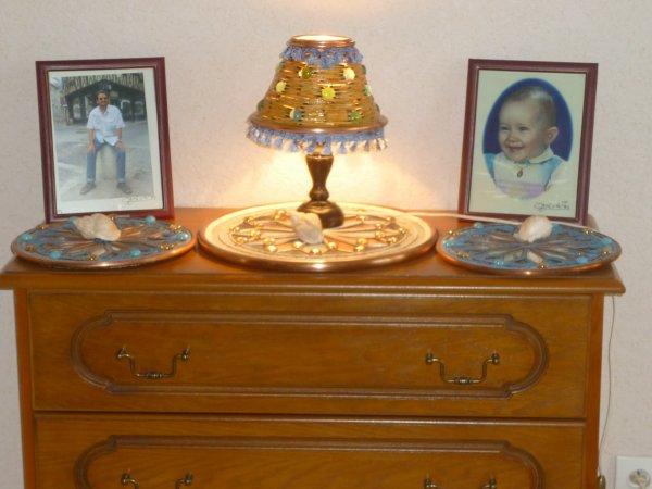 lampe de chevet en allumettes cintré de cuivre et de galet en verre