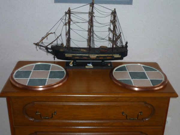 deux dessous de plat en gres cintree de cuivre + bateau en arriere pland !!!