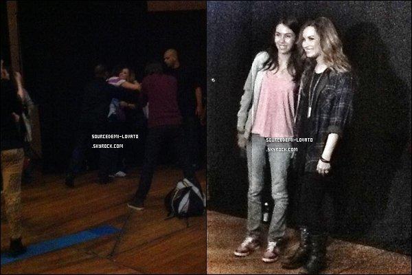 . Le 30/04/12/. Demi fait un concert au Brésil, puis pose avec une de ses fans.