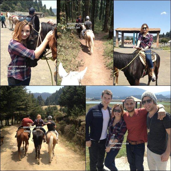 . Le 02/05/12/. Demi fait une montée à cheval avec son groupe, au Mexique.