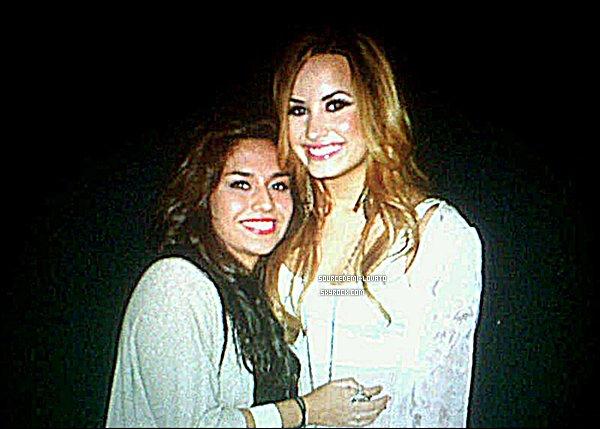 . Le 03/05/12/. Demi pose avec ses fans après son concert.