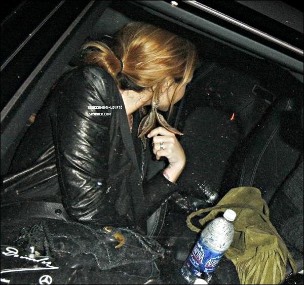. Le 05/05/12/. Demi sortant d'un restaurant dans Los Angeles.