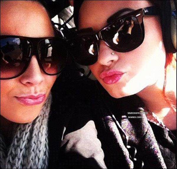 . Le 16/05/12/. Demi à discuter avec quelques uns de ses fan d'un chat exculif sur Google+ alors qu'elle se trouvait dans les studios de Radio Mix 101.5.