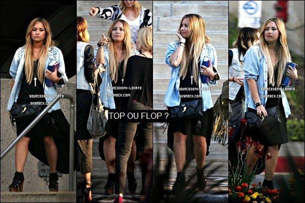 . Le 27/05/12/. Demi à été vue en train de quittait la maison d'une amie Dimanche matin, à Beverly Hils. Je donne un top pour le tenue de Demi. Et vous ?.