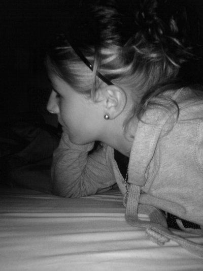 Etre amoureuse c'est inexplicable. Ce n'est ni quelque chose ni un sentiment ou une sensation. C'est au fond de toi, ça te prend de l'intérieur, ça t'envahis... Quand tu es amoureuse, tu pense tout le temps à lui c'est une obsession, tu te demandes ce qu'...il fait, à quoi il pense, il t'obstines. Tu penses tout le temps à lui, t'envisages des projets avec lui, tu veux regarder les étoiles avec, tu veux simplement t'allonger dans l'herbe auprès de lui et écouter les oiseaux chanter, tu ne peux t'empêcher de le toucher, lui prendre la main et le serrer dans tes bras, tu ne rêves que de ça. Tu rêves de lui, tu imagines ta vie avec lui . Quand tu le prends dans tes bras, tu le serres fort tellement fort que tu pourrais l'étouffer. Tu le sens, tu le respire. Tu vis avec. Tu dis que c'est ta vie, ton sang, qu'il fais partie de toi, de ta vie, que rien ne pourra vous séparer. Vous vous promettez des millions de choses. Tu peux passer des après-midi dans le silence avec pour seule occupation se noyer dans son regard. Quand t'es amoureuse, tu le regarde sans t'arrêter, sans parler. Tu le vois, tu l'admire, tu lui dis qu'il est parfait. Tu es liée avec lui . Tu ne peux pas passer un jour sans lui parler, entendre sa voix. Tu le désires et bien plus encore. Il est toi, ta vie. A ses cotés, tu ne penses plus rien. Tu n'es bien qu'avec lui. Tu lui donne une multitude de surnoms, tu ne peux pas t'empêcher de tracer des c½urs dès que tu as une feuille devant toi. D'ailleurs tu n'arrive pas non plus à t'arrêter de sourire en le faisant tellement tu penses à tout ces moments que tu passes avec lui. Quand tu dois le voir dans la journée, tu veux être parfaite alors tu passes du temps dans ta salle de bain en pensant encore & toujours à lui. Tu fais que de regarder l'heure & les 10 dernières minutes avant de le voir te paraisse des heures entières. Tu pourrais mourir pour lui, tout faire pour son bonheur, coute que coute. Main dans la main, envers et contre tout... Etre amoureuse ne 