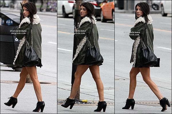 29/03/12 : Shenae rejoignait le lieu du tournage en direct du Global Morning Show à Toronto.Lors de cette intervention, elle s'expliquait par rapport à son personnage dans la saison 4 de la série 90210 : Beverly Hills Nouvelle Génération.