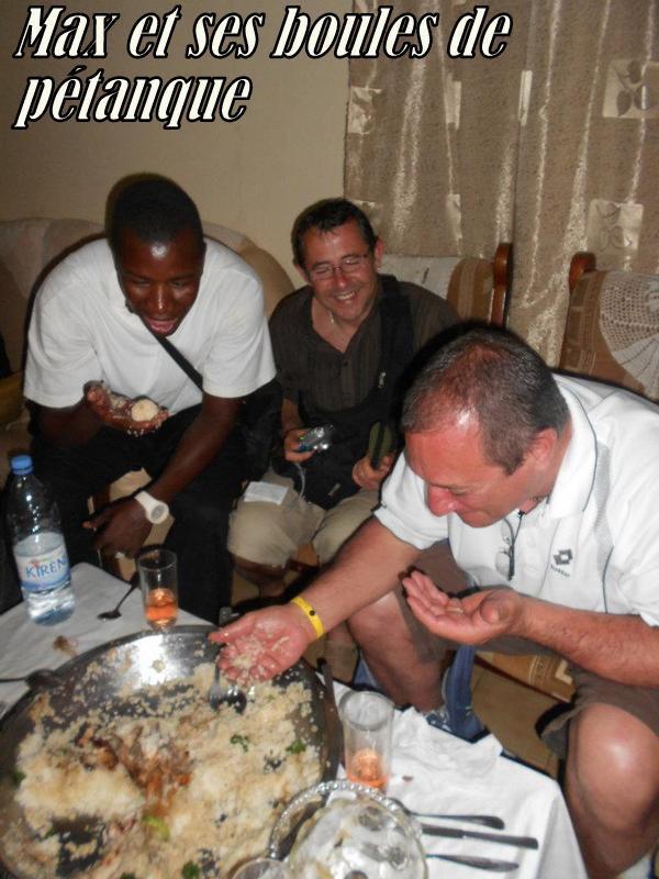 Nous avons invité nos amis à partager un Yassa poulet dans notre Famille Un moment vraiment inoubliable