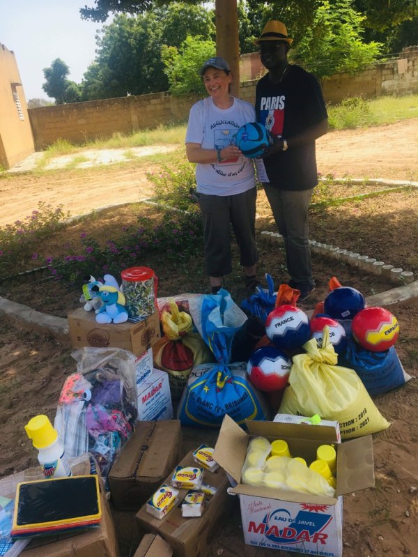 Avec l'association au détours d'un chemin accompagné avec mon frère Kambel une belle mission humanitaire dans la région de Fatick. Fournitures scolaires et denrées alimentaires