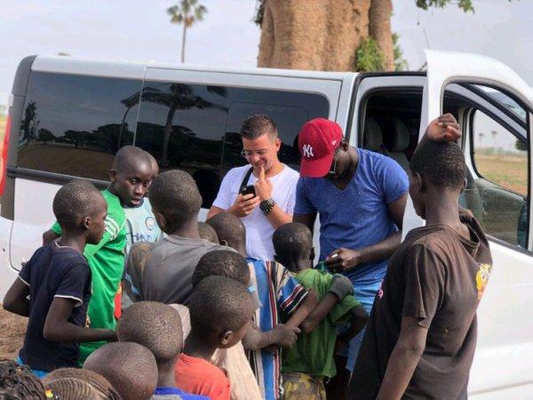 A la découverte de la brousse sénégalaise un grand moment pour les enfants d'avoir des maillots de foot. Merci d'avoir pensé a eux.
